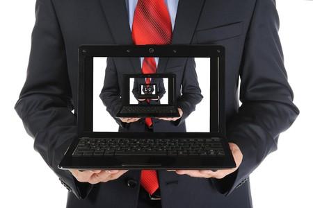 Hombre de negocios sosteniendo una laptop abierta. Aislados en fondo blanco Foto de archivo