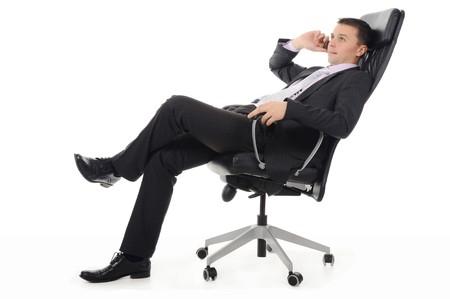 talking businessman: Hablando por tel�fono sentado en una silla en una Oficina de brillante hombre de negocios. Aislados en fondo blanco
