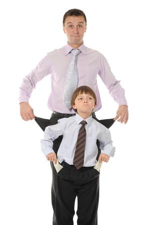 bambini poveri: uomini con le tasche vuote. Isolato su sfondo bianco