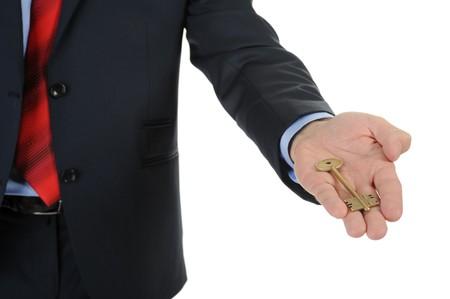 thumb keys: imagen de un hombre de negocios con un traje negro que da la clave. Aislados en fondo blanco