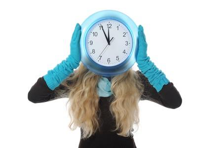 woman clock: Rubia joven en ropa de invierno con un reloj en sus manos. Aislados en fondo blanco