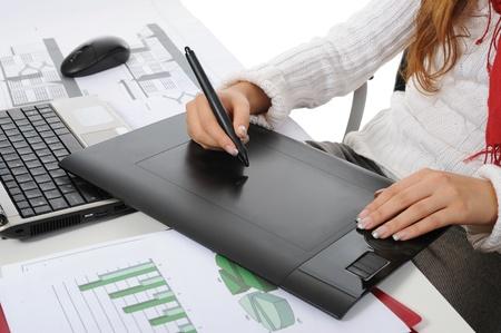 mains sur tablette graphique Isolé sur fond blanc Banque d'images