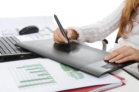 graphics: manos sobre la tableta gr�fica Aislados en fondo blanco