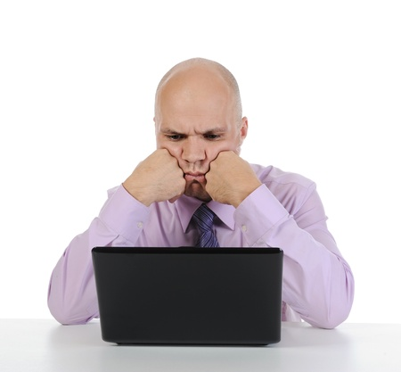 pensiveness: Frustrato uomo davanti al computer. Isolato su sfondo bianco Archivio Fotografico