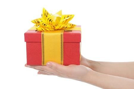 dar un regalo: Caja de regalo en manos de las mujeres