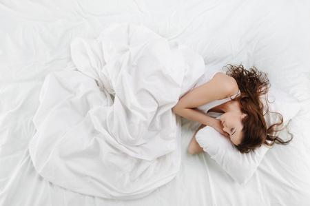 mujer en la cama: Mujer durmiendo en la cama