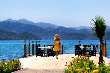 jachthaven: een jonge vrouw op de pier