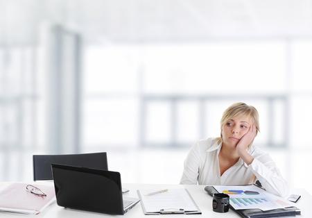 pesantezza: Ragazza piange in ufficio.