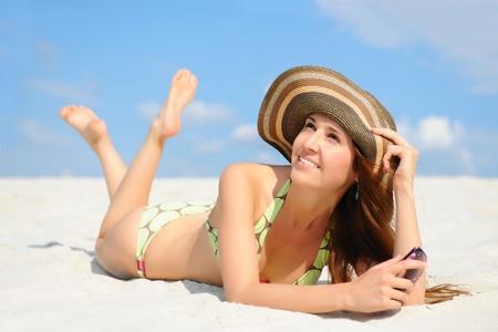 petite fille maillot de bain: belle femme sur la plage.