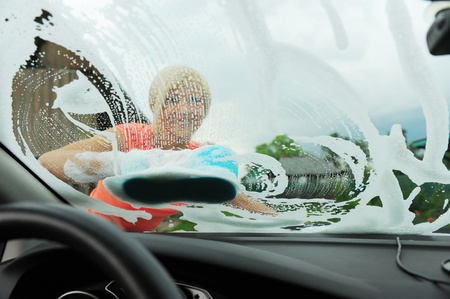 cleaning car: mujer lava su coche Foto de archivo