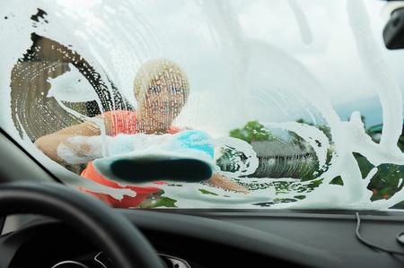 lavarse las manos: mujer lava su coche Foto de archivo