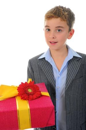 dar un regalo: niño con una caja de regalo y una flor Foto de archivo