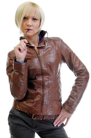 chaqueta de cuero: mujer joven en una chaqueta de cuero