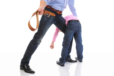 niños malos: Estricto padre castiga a su hijo Foto de archivo