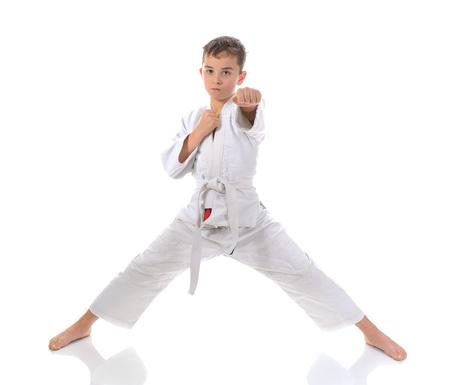 judo: Chico joven de karate de entrenamiento.