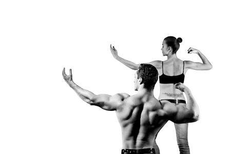 fitness hombres: hombre y una mujer en el gimnasio