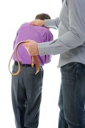 disciplina: Estricto padre castiga a su hijo Foto de archivo