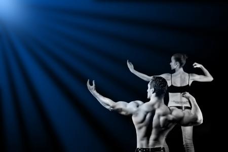 levantar peso: hombre y una mujer en el gimnasio