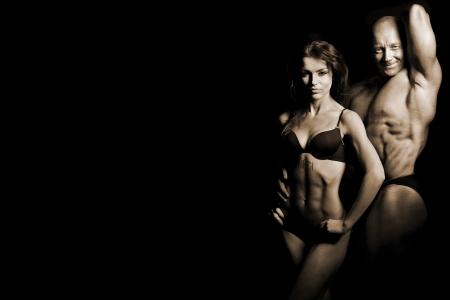 culturista: hombre y una mujer en el gimnasio