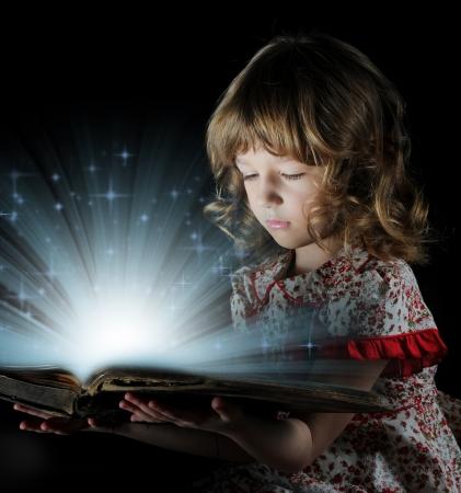 niños leyendo: Chica adolescente que lee el libro