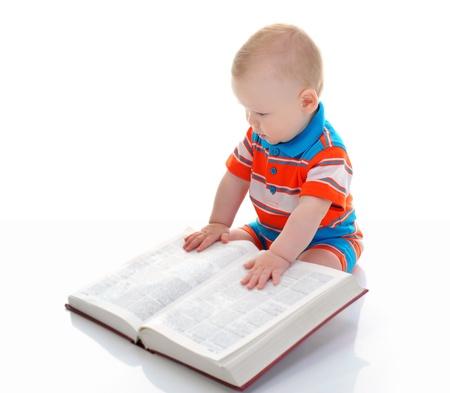 Kleiner Junge liest ein dickes Buch