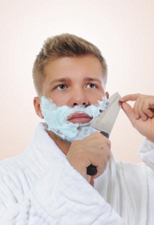 hombre afeitandose: Hombre joven afeitado Foto de archivo