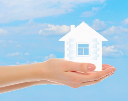 logements: maison dans les mains de l'homme