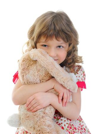 oso blanco: Retrato de ni�a con juguete liebre Foto de archivo