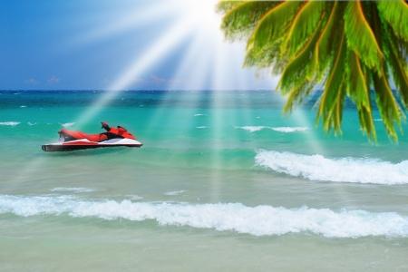 moto acuatica: Sunny beach tropical en la isla Foto de archivo