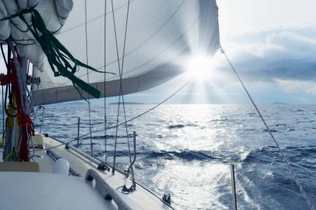 timon de barco: Yate en el mar abierto
