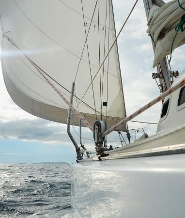 helm boat: Yate en el mar abierto