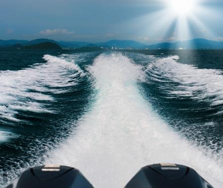 yacht race: cola de la mar desde el barco de alta velocidad