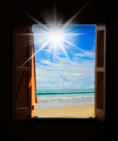 open windows: Vistas al mar a trav?s de una ventana abierta