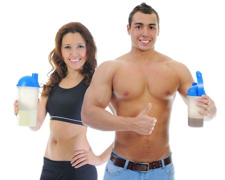 белки: Атлетик молодой человек и женщина с протеиновый коктейль бутылки. Изолированные на белом фоне