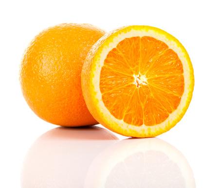 naranja fruta: Fruta de naranja dulce. Aislado en el fondo blanco Foto de archivo