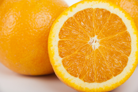 naranja fruta: Fruta de naranja dulce aislado en el fondo blanco