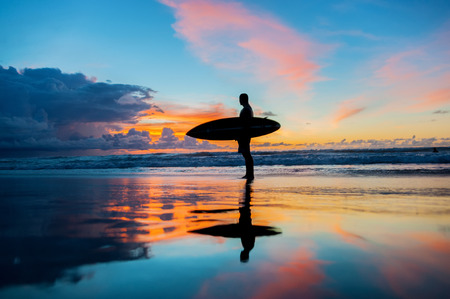 해변에서 보드와 젊은 서퍼