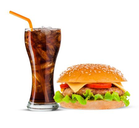 comida chatarra: Cola y Big hermosa jugosa hamburguesa con carne y verduras. Aislado en el fondo blanco Foto de archivo