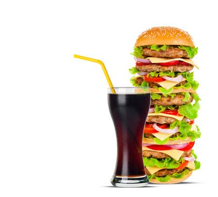 comida gourmet: Cola y Big hermosa jugosa hamburguesa con carne y verduras. Aislado en el fondo blanco Foto de archivo