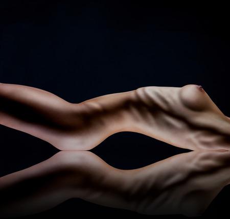 beaux seins: Corps sexy de femme nue. Fesses sensuelles nues isol�es sur noir