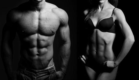 levantamiento de pesas: Culturismo. Hombre fuerte y una mujer posando sobre un fondo negro Foto de archivo