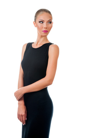 traje de gala: Mujer hermosa joven en vestido de noche con la piel perfecta. Aislado en el fondo blanco