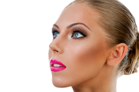perfil de mujer rostro: Profesional Maquillaje concepto. Retrato de mujer hermosa joven con maquillaje de la belleza y la piel perfecta. Aislado en el fondo blanco