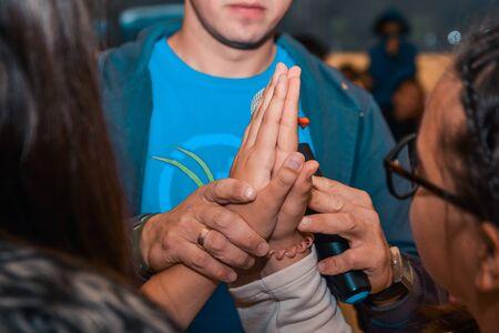 enfants comparant la taille des mains. qui est le plus grand concept de jeu Banque d'images