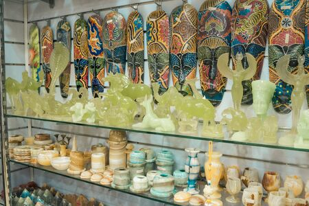 salling egypt symbolic figurines and statuettes in touristic shop Stockfoto