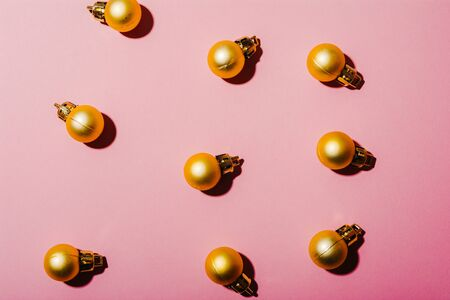 flat lay of golden christmas tree balls isolated on pink background Imagens - 134195197