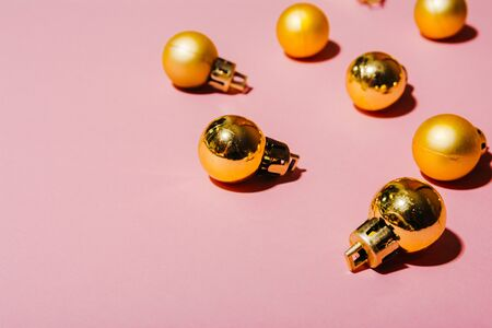 flat lay of golden christmas tree balls isolated on pink background Imagens - 134195025