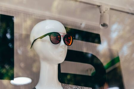 dummy with sun glasses in shop window Standard-Bild