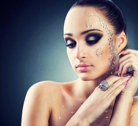 glitter makeup: Portait de la hermosa chica con diamantes