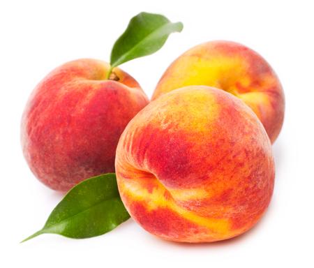 süße Pfirsiche auf weißem Hintergrund